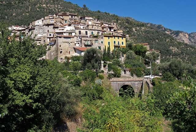 Le village d'Airole en face de votre gîte